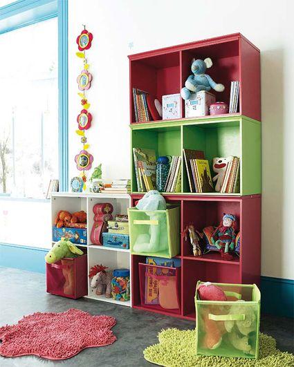 Muebles moduladores en rojo y verde para almacenar los juguetes.