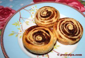 Kaneelbroodjes (ingrediënten: croissantdeeg, kaneel, bruine basterdsuiker en margarine) (@ Over Eten)