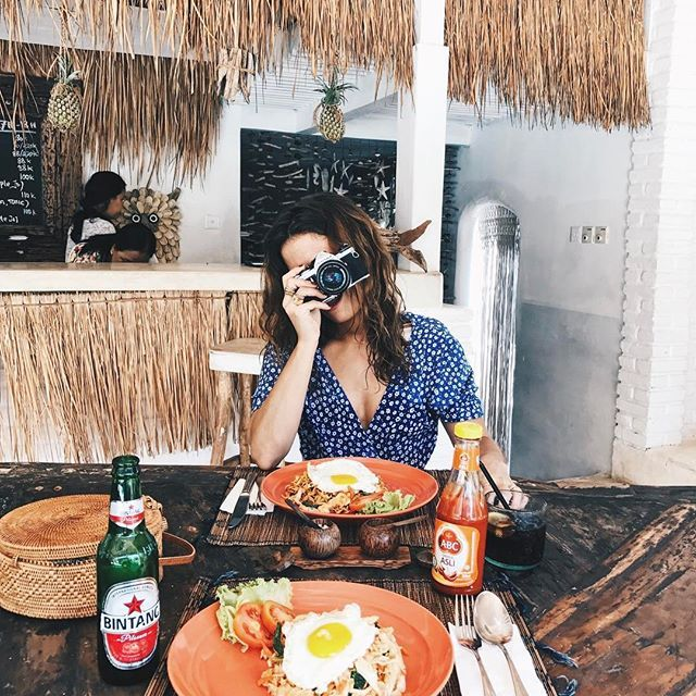 After the beach eating fried rice with chicken and vegetables  ️️ #collageontheroad #bali    #Regram via @collagevintage