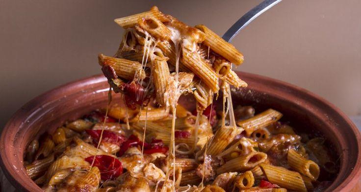 Πένες φούρνου με τυριά και μπέικον από τον Άκη Πετρετζίκη.Μία συνταγή για ζυμαρικά, με πέννες, γραβιέρα,μοτσαρέλα,μπέικον,ντοματίνια και κόκκινο κρασί