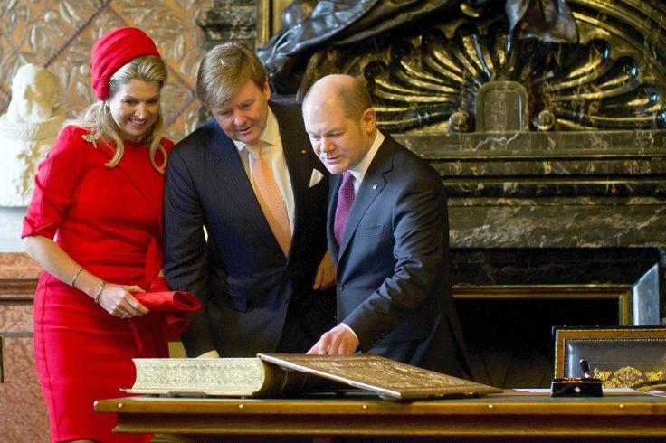 König Willem Alexander der Niederland und seine Frau Königin Maxima tragen sich im Beisein von Bürgermeister Olaf Scholz im Rathaus ins Goldene Buch ein