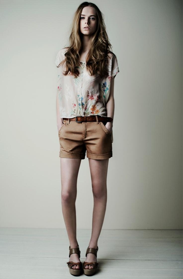 18839 Blusa Blouse / 18830 Shorts / 18020 Cinturón Belt