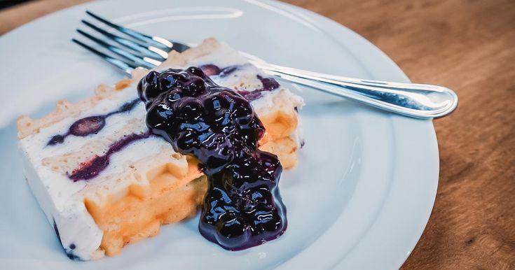 Heerlijke ijstaart: cheesecake met appelsien blauwe bessengelei en vanillewafels