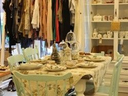 Vintage Chic on paikka, jossa voit tehdä taatusti uniikkeja löytöjä: vintage-vaatteita, menneiden vuosikymmenten sisustustarpeita sekä jonkin verran myös huonekaluja. #vintage #clothes #furniture #shopping #Loomelinnak