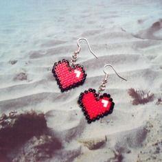 Boucles d'oreilles coeur - rouge, noir - perles à repasser - modèle 074-2