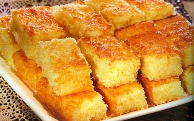 Ingredientes: 1 kg de mandioca; 3 colheres de sopa de margarina; 250 ml de leite; 100 gramas de coco ralado ou em pedaços; 300 gramas de açú...