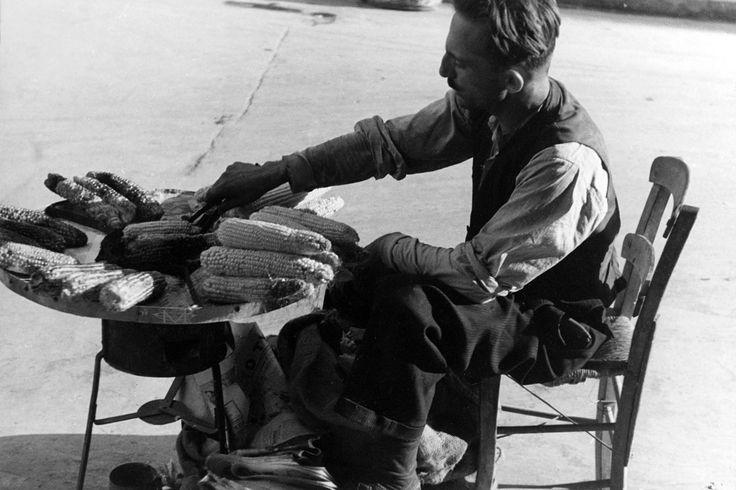 Vincenzo Balocchi, 1935, πωλητής ψητού καλαμποκιού στους δρόμους της Αθήνας.