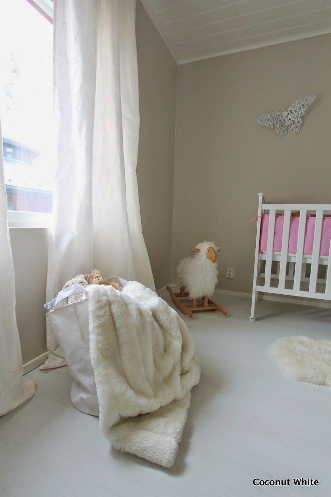 Coconut White: Nuoremman tytön huoneen välitilannetta