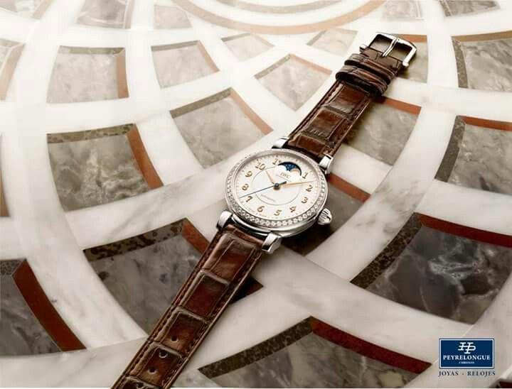 #TiempoPeyrelongue  Con la nueva colección Da Vinci, IWC regresa a la forma de caja redonda, con la que obtuvo tanto éxito el Da Vinci Calendario Perpetuo en 1985. Con ello nos despedimos de la forma de tonel y ponemos de relieve la afinidad por las proporciones clásicas que caracteriza a la marca. IWC Schaffhausen / #watchoftheday / #watchmania / #reloj / #dailywatch / #watchfam / #watchnerd / #horology / #watchgeek / #watchaddict / #luxury / #watchcollector / #timepiece / #SIHH2017…