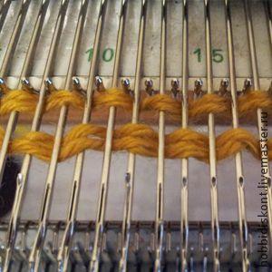 Набор «Стежка» или как выполнить 'Болгарский зачин' на машине. Этот вид набора очень прост в исполнении. Его можно применять при вязании на бытовых вязальных машинах, таких как Сильвер,Бразер,Северянка и им подобным, т.е. на всех машинах в однофонтурном режиме. Нити для прокладки 'стежки' можно использовать любые, декоративные,цветные ,меховые ,шнурковые и прочую красоту.
