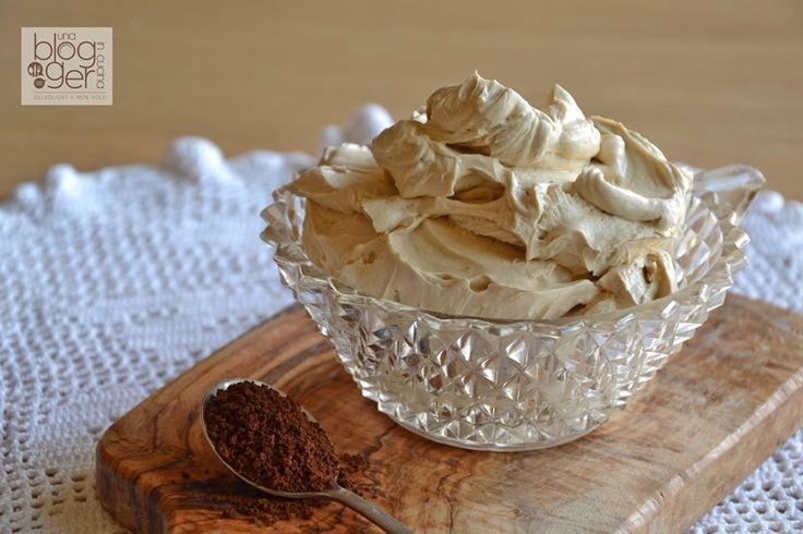 Crema mascarpone e caffè, una ricetta senza uova, semplice, veloce e gustosa, per accompagnare panettone, pandoro e dolci in generale.
