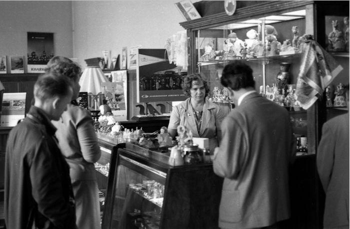 Туристы, покупающие сувениры в магазине. СССР, Москва, 1963 год.