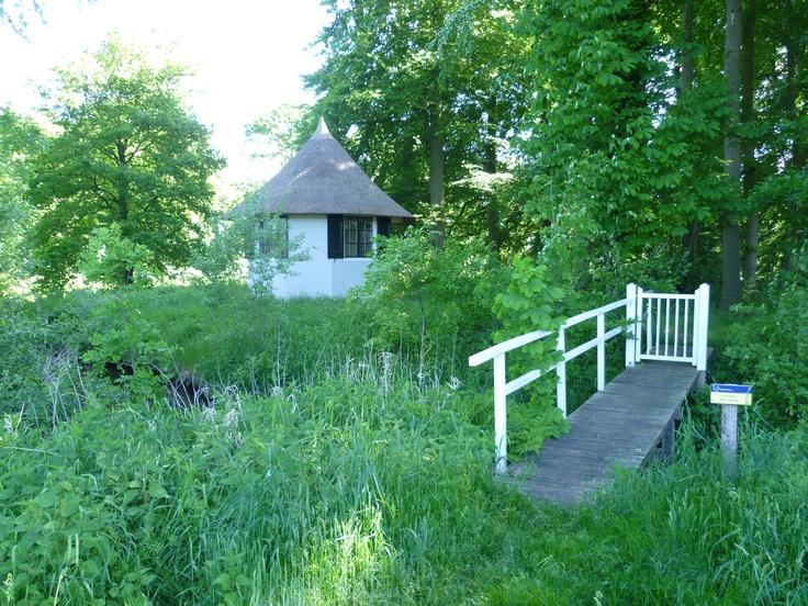 2013-06-02 Mooi theehuisje met bruggetje op het landgoed