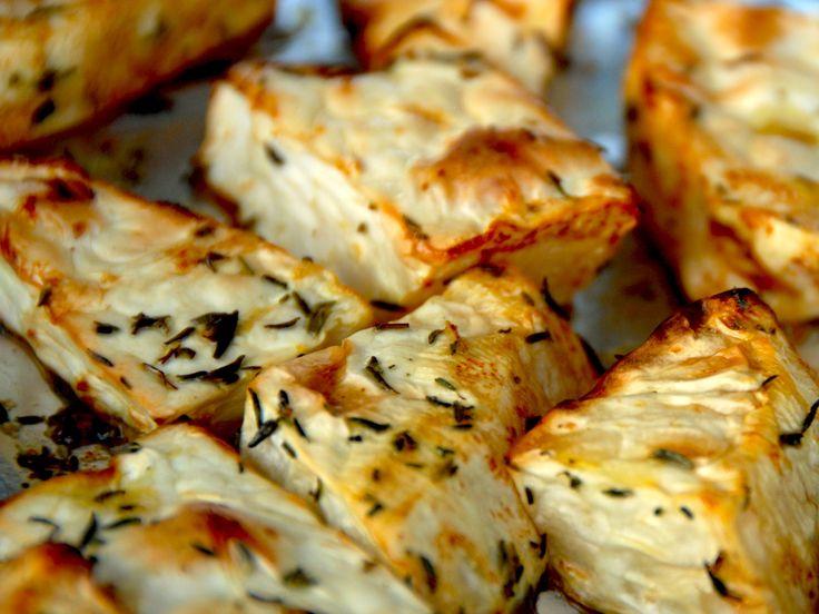 Sådan laver du ovnbagt knoldselleri, der kan bruges som tilbehør i stedet for kartofler. Sellerien bages med timian, og bliver mør som smør. Til ovnbagt knoldselleri til fire personer skal du bruge: 1 knoldselleri (ikke for lille,