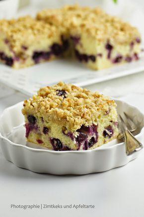 Zitronen-Schmand-Kuchen mit Blaubeeren und Streuseln - müsst Ihr probieren!