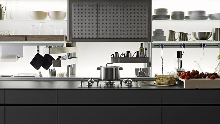 After having revolutionised ergonomics by presenting the Logica System in 1996 with its 80 cm depth and equipped back section, removable jumbo drawers and wall units with Ala and Aerius lift-up doors, Valcucine is now presenting the new equipped back section.