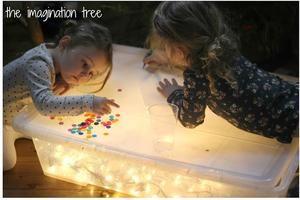 heel eenvoudig zelf een lichtbox maken waarmee kinderen van alles kunnen…