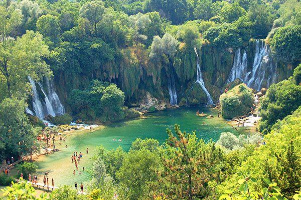 A Kravica vízesés a horvát határhoz közel található Boszniában. Egy hatalmas, üde, zöld vízeséses, vadvízi területről van szó. Ide is szervezhetünk egy kirándulást, de a Makarska Riviéráról is átugorhatunk raftingolni egy kicsit.