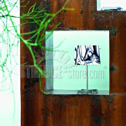 AV Mazzega White&Black Lampada da tavolo in vetro soffiato incamiciato con il lattimo con striature lavorate a mano. Struttura in metallo nichelato e spazzolato. Colore diffusore bianco e nero.