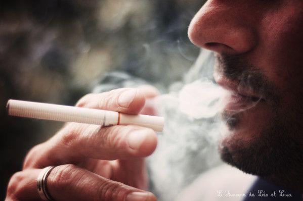 Autour de moi je vois de plus en plus de personnes qui arrêtent de fumer, une mode qui me plait beaucoup moi qui n'ai jamais fumé. Il faut dire que je supporte de moins en moins la cigarette des autres, surtout depuis que je connais les dangers du tabagisme passif ! Il remplace quelques cigarettes classiques par sa cigarette jetable Edsylver, ça peut être une autre solution pour faciliter un futur arrêt.