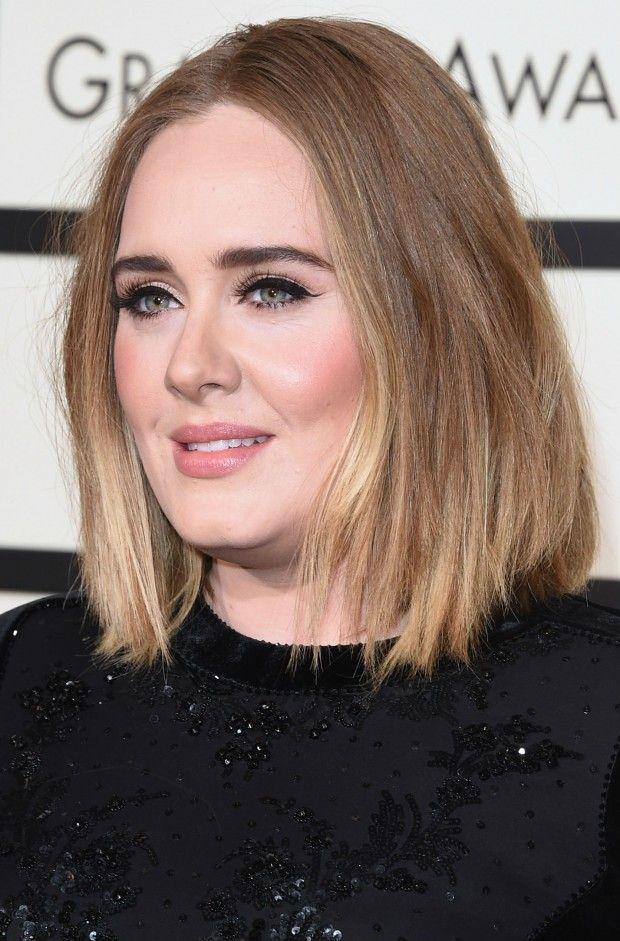 Referência quando o assunto é o delineado perfeito, Adele arrasou no red carpet do grammy com maquiagem impecável e o cabelo long bob em um solto desarrumado.
