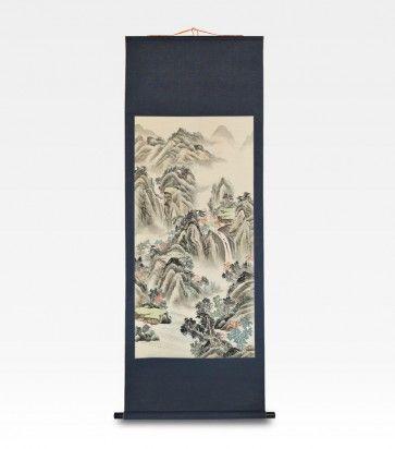 Bellissimo scroll cinese raffigurante un paesaggio montano. Questo particolare tipo di dipinto è chiamato Li Zhou o rotolo verticale e si appende alla parete senza bisogno di cornice, la cui funzione è già svolta dal pregiato broccato di seta blu che, con i suoi colori, esalta la profondità del disegno. la raffigurazione classifica l'opera come Shan shui, che nell'arte pittorica cinese comprende tutti i dipinti di paesaggi con monti e acque