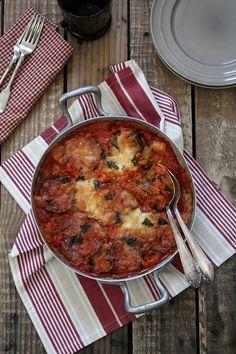 Cómo preparar berenjenas a la parmesana, encuentra en whole kitchen las mejroes recetas de la cocina italiana. Whole kitchen tu espacio dedicado a la gastronomía