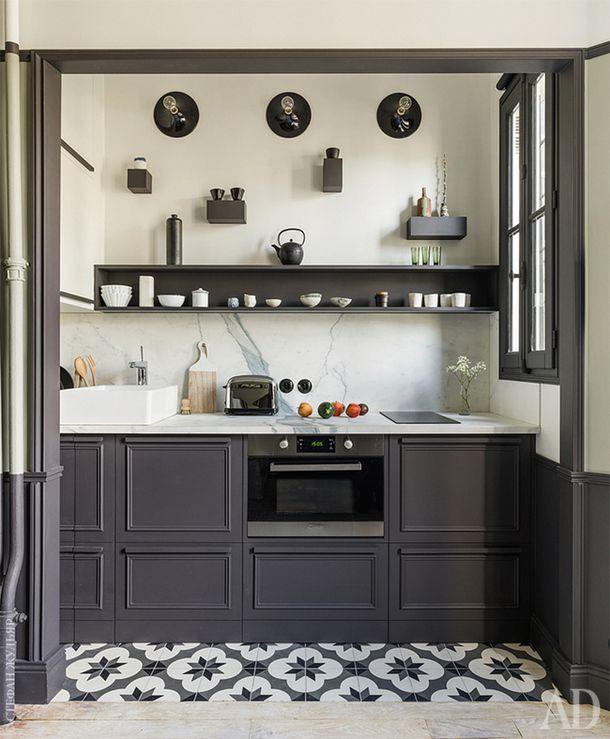 Кухня с открытыми полками вместо навесных шкафов.