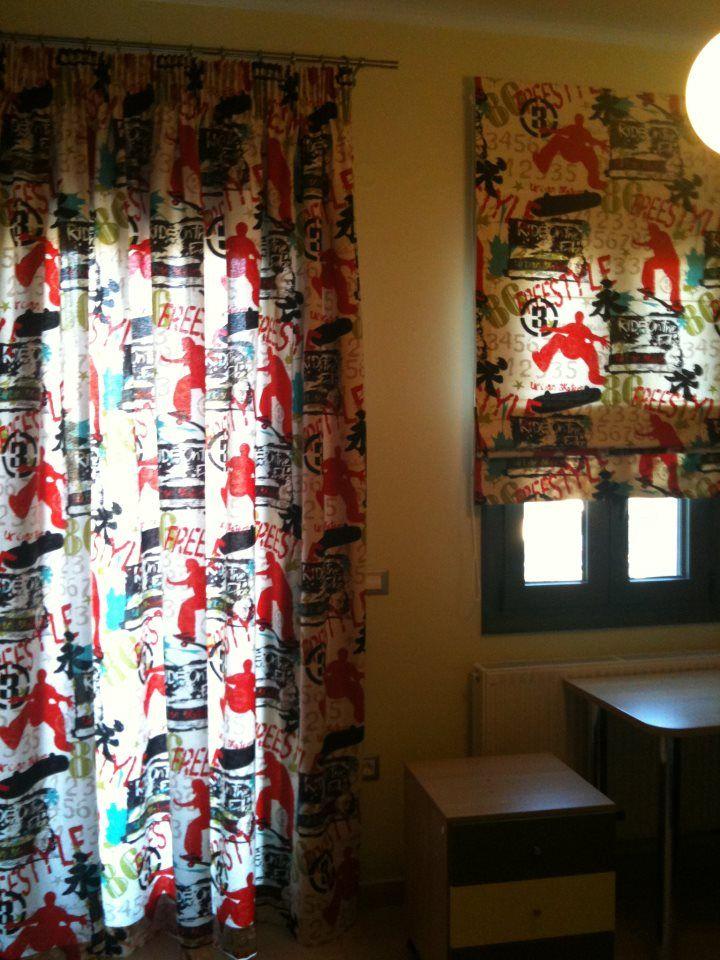 Κουρτίνα και roman με χρωματιστές φιγούρες για ένα εφηβικό υπνοδωμάτιο...