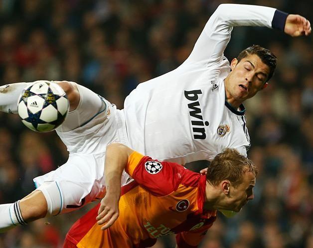 Cristiano Ronaldo disputa uma bola com o jogador turco Semih Kaya, durante a primeira mão dos quartos de final da Liga dos Campeões no estádio Santiago Bernabéu (© © REUTERS / Susana Vera)