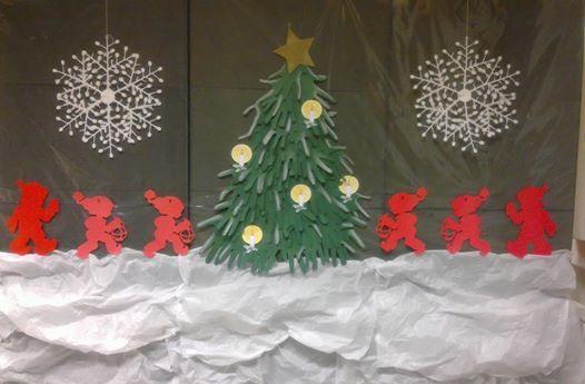 Joulutunnelmaa luokassa: Kirjahyllyn takaseinälle rakennettu joulumaisema.