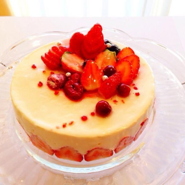 6日は下の息子の誕生日でした。 去年は買ったケーキがいいと、選んだケーキはバームクーヘン! バームクーヘンにローソク 忘れもしない、思い出に残るバースデーケーキでした 今年は特にリクエストなく、私の趣味で❤️ 久しぶりにスポンジから作るケーキ、ナパージュも久しぶりに購入。いざ作ろうと思うと緊張〜 クリームチーズの中には柚子の皮を。ケーキの中には冷凍イチゴとチェリージャムで作ったピューレが隠れています甘酸っぱいケーキです。 - 688件のもぐもぐ - 柚子のレアチーズケーキ by 0987hiropon