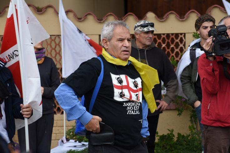 Teulada, gli scontri fra antimilitaristi e polizia - Foto - la Nuova Sardegna