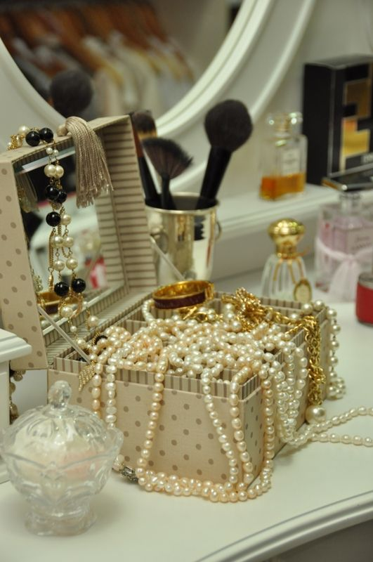 PearlsEvery Girls, Side Tables, Pearls Necklaces, Dresses Tables, Jewels Boxes, Ana Rosa, Makeup Tables, Pearls Jewelry, Jewellery Boxes