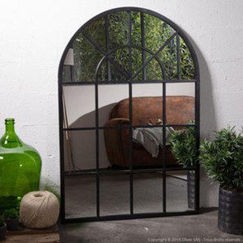 On craque pour ce miroir de taille XL style atelier en forme d'arcade, qui donne l'illusion d'avoir une fenêtre ouverte sur l'extérieur, elle agrandit l'espace, donne du caractère http://www.decoration.com/miroir-atelier-arcade-xl,fr,4,DECOC20147.cfm