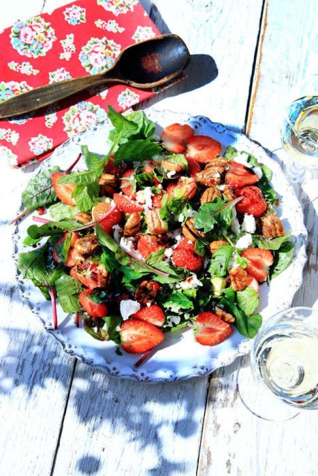 Den här fräscha salladen med jordgubbar, getost och kanderade nötter är en riktig supersallad under sommaren. Lika god till grillat lammkött, kyckling och kryddiga korvar som till kallskuret.