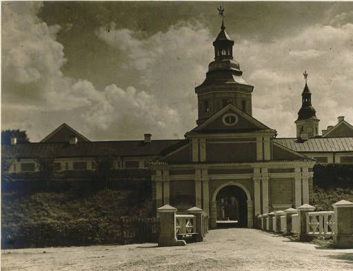 Nieświcz :: Jan Bulhak Collection :: Digital Collections :: University at Buffalo Libraries. Click the image to visit the University at Buffalo Libraries Digital Collection and learn more about the photograph. #ublibraries #polishroom #JanBulhak #Poland