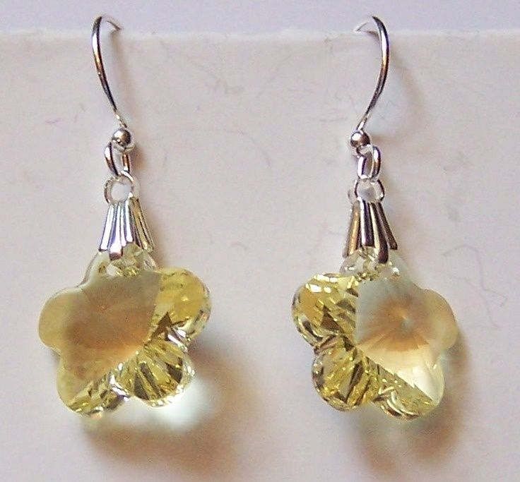 These Swarovski flowers in jonquil are just spectacular. My photography, not so much. These earrings are gorgeous.