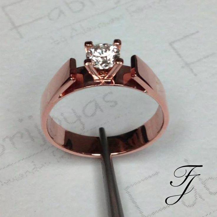 Tip Fabrijoyas: El hermoso color rosado de la joyería de oro color de rosa, que está tan de moda, se crea usando una aleación de cobre. Una vez más, el porcentaje total de aleaciones metálicas es el mismo para el oro rosa que para el amarillo o blanco, sólo hay una mezcla diferente en qué aleaciones se utilizan. 💖👰🏽💖 #ArgollasDeMatrimonioCali #AnillosDeCompromisoCali #JoyeriaNoviasCali
