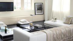 Nuanceer een strakke, hedendaagse woonkamer met milde witte tinten.