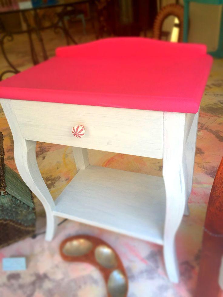 mesita de noche con gabeta  color: blanco - rosa mejicana  medidas: 54,5 ancho 66 alto 35 fondo  material: madera