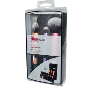 Real Techniques Σετ Πινέλων Μακιγιάζ 3τεμ. Το οποίο περιλαμβάνει όλα όσα χρειάζεστε για να δημιουργήσετε άψογο μακιγιάζ μέσα και έξω από το σπίτι. Συγκεκριμένα περιλαμβάνει 3 πινέλα κανονικού μεγέθους + θήκη: • essential foundation brush: για άψογη εφαρμογή του make-up  ή του concealer • multi task brush: για εύκολη εφαρμογή πούδρας και ρουζ  • domed shadow brush: το κωνικό του σχήμα διευκολύνει την εφαρμογή σκιάς και στο περίγραμμα των ματιών.  .ΑΝΑΛΥΤΙΚΑ στο www.femme-fatale.gr. Τιμή…