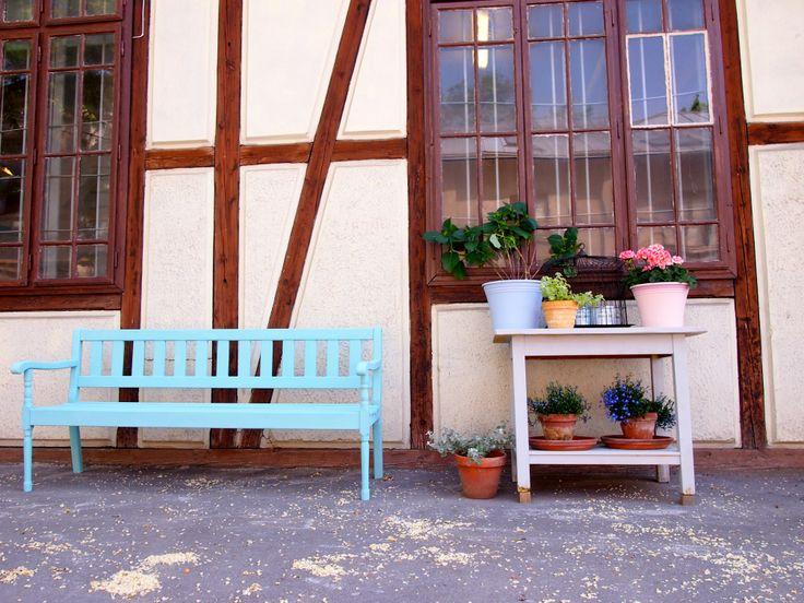 Meble ogrodowe i plastikowe doniczki pomalowane farbą Chalk Paint™ decorative paint by Annie Sloan - bez woskowania, bez lakierowania.  Wiecej na http://patynowy.pl/blog,szczegoly,wyposazenie-ogrodu,77.html