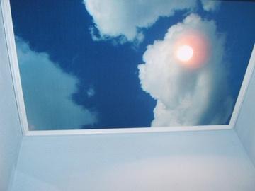Lovely Sieht aus wie der Blick aus dem Dachfenster ist aber eine Spanndecke mit Wolken
