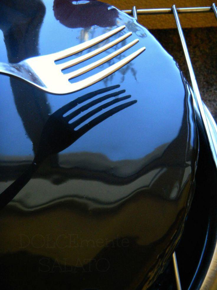 Quanto è accattivante una torta che presenta una superficie lucidissima quasi a specchio!? Fa del nostro dolce un dessert di alta past...