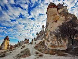 Güzel Atlar Ülkesi'ne hoşgeldiniz Bugünkü turistik Kapadokya'ya adını veren Kapadokya, Büyük İskender'in ölümünden sonra İç Anadolu'da kurulan krallığın adıdır. Başkenti, o zamanki adı 'Mazaka' olan bugünkü Kayseri'dir.
