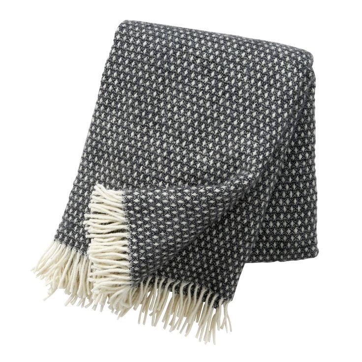 Knut Ullpledd fra Klippan. Klassisk og dekorativt ullpledd produsert av 100 % lammeull i mørkegrå. T...