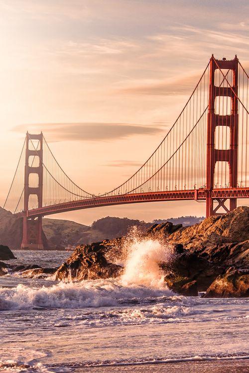 Amerikas berühmteste Brücke ist die Golden Gate Bridge, sie steht in der Nähe von San Fransico.