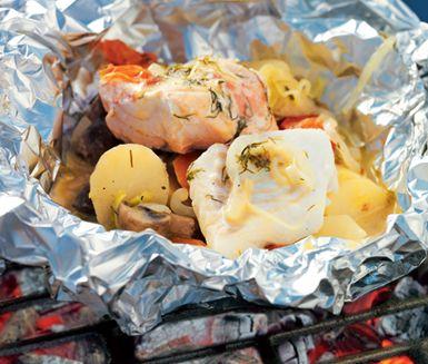 Foliepaket med fisk och grönt är en riktig symfoni av smaker och färg! Lax och vit fisk, potatis, purjolök, morot, champinjoner, tomater och kryddor trängs tillsammans i foliepaket. Doftar ljuvligt och smakar mycket gott!