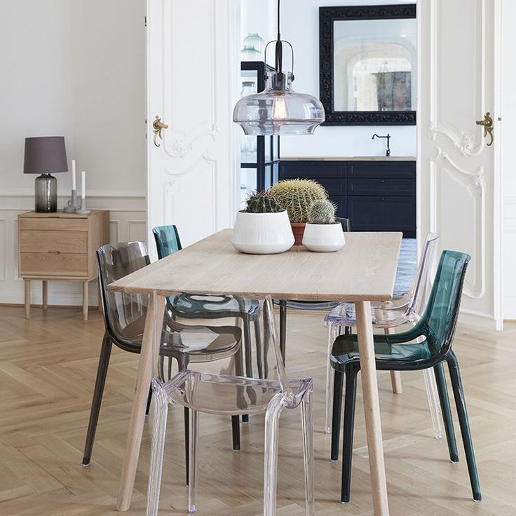 Our cool new plastic chairs in both clear, grey and green match the clean and simple oak table perfectly. #hubschinterior #interior #interiordesign #nordicdesign #inspiration #homedecor #happiness